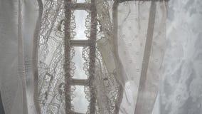 Schöne Seide und Spitzewäsche auf Aufhänger im Speicher stock video footage