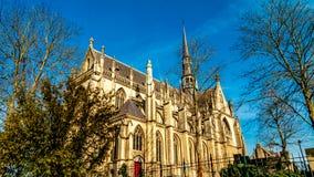 Schöne Seitenansicht der Basilika des gesegneten Sakraments oder der Basilika von Meerssen von einer niedrigeren Perspektive lizenzfreies stockfoto