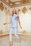 Schöne sexy blonde Artkleidung der Frau in Mode Lizenzfreie Stockbilder