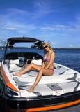 Schöne sexy blonde Entspannung auf einem Schiff Lizenzfreies Stockfoto