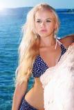 Schöne sexy blonde Frau auf dem Strand Sexy Mädchen im Bikini Stockfotografie