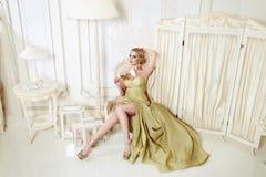 Schöne sexy blonde Frau im Abendkleid Stockbilder