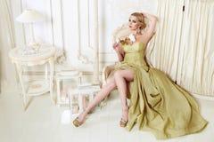 Schöne sexy blonde Frau im Abendkleid Lizenzfreies Stockbild