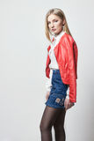Schöne sexy blonde Frau im Hemd und im Rock Mädchen mit dem perfekten Körper, der die Stellung aufwirft Schönes lange Haar und di Stockbild