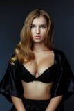 Schöne sexy blonde Frau mit der großen Brust Lizenzfreie Stockbilder