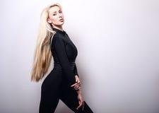 Schöne sexy blonde Frauenhaltung gegen Studiohintergrund Lizenzfreie Stockbilder