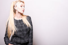 Schöne sexy blonde Frauenhaltung gegen Studiohintergrund Stockbild