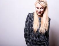Schöne sexy blonde Frauenhaltung gegen Studiohintergrund Stockfotos