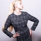 Schöne sexy blonde Frauenhaltung gegen Studiohintergrund Lizenzfreies Stockfoto