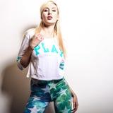 Schöne sexy blonde Frauenhaltung gegen Studiohintergrund Stockbilder