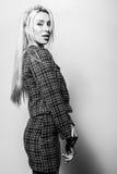 Schöne sexy blonde Frauenhaltung gegen Studiohintergrund Schwarz-weißes Foto Lizenzfreie Stockbilder