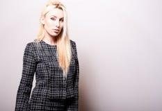 Schöne sexy blonde Frauenhaltung gegen Studiohintergrund Schwarz-weißes Foto Stockfotos