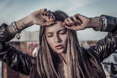 Schöne sexy blonde Modefrau, die auf Dach aufwirft Lizenzfreies Stockfoto