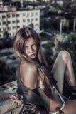 Schöne sexy blonde Modefrau, die auf Dach aufwirft Stockfotos