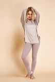 Schöne sexy blonde sportliche Konstitution der jungen Frau Stockfoto