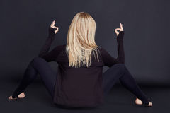 Schöne sexy blonde sportliche Konstitution der jungen Frau Stockfotos
