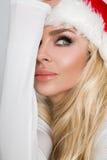 Schöne sexy blonde weibliche vorbildliche Schneeflocke gekleidet als erotische rote Wäsche Santa Clauss Lizenzfreies Stockfoto