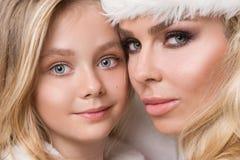 Schöne sexy blonde weibliche vorbildliche Schneeflocke gekleidet als erotische rote Wäsche Santa Clauss Lizenzfreies Stockbild
