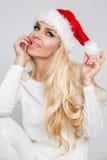 Schöne sexy blonde weibliche vorbildliche Schneeflocke gekleidet als erotische rote Wäsche Santa Clauss Stockbilder