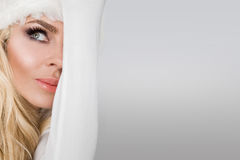 Schöne sexy blonde weibliche vorbildliche Schneeflocke gekleidet als erotische rote Wäsche Santa Clauss Stockbild
