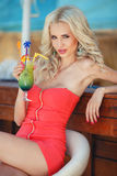 Schöne sexy Blondine in der Stange stockfoto