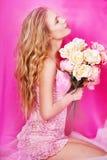 Schöne sexy Blondine im Studio Lizenzfreie Stockfotos