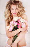 Schöne sexy Blondine im Studio Stockbilder