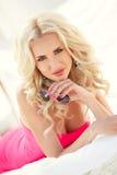 Schöne sexy Blondine legt auf die Couch Stockfotos