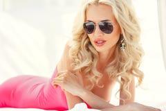 Schöne sexy Blondine legt auf die Couch Lizenzfreie Stockfotografie
