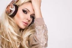 Schöne sexy Blondine mit dem langen Haar und perfekter Körper in erstaunlichem Kleid mit den goldenen und silbernen Kristallen Lizenzfreies Stockbild