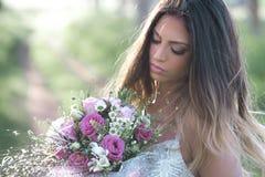 Schöne sexy Braut in einem stilvollen Hochzeitskleid Lizenzfreie Stockfotografie