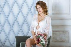 Schöne sexy Dame in der eleganten weißen Robe Stockfotos