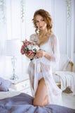 Schöne sexy Dame in der eleganten weißen Robe Lizenzfreie Stockbilder