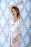 Schöne sexy Dame in der eleganten weißen Robe Lizenzfreies Stockbild