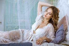 Schöne sexy Dame in der eleganten weißen Robe Lizenzfreie Stockfotos