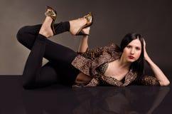 Schöne sexy Frau, die in der Leopardjacke liegt Lizenzfreie Stockfotos
