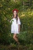 Schöne, sexy Frau in einem roten Kranz lizenzfreie stockfotografie