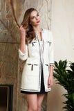 Schöne Frau im Geschäft kleidet Sommerkollektion Lizenzfreies Stockfoto