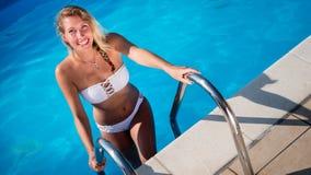 Schöne sexy Frau im Pool lizenzfreies stockbild