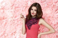 Schöne sexy Frau kleiden herein Make-upsommerfeder vieler Blumen Lizenzfreies Stockfoto