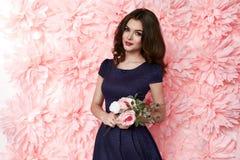 Schöne sexy Frau kleiden herein Make-upsommerfeder vieler Blumen Lizenzfreie Stockbilder