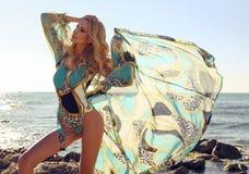Schöne sexy Frau mit dem blonden Haar im Badeanzug, der am bea sich entspannt Stockfotografie