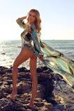 Schöne sexy Frau mit dem blonden Haar im Badeanzug, der am bea sich entspannt Stockfotos