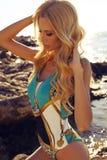 Schöne sexy Frau mit dem blonden Haar im Badeanzug, der am bea sich entspannt Lizenzfreies Stockbild