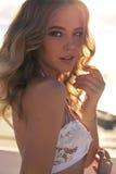 Schöne sexy Frau mit dem blonden Haar im Badeanzug, der am bea sich entspannt Stockfoto