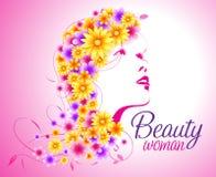 Schöne sexy Frau mit dem Blumenhaar von Blumen Stockfotos