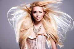 Schöne sexy Frau mit dem langen blonden Haar Stockfotos