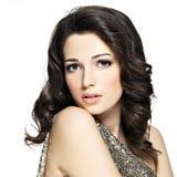 Schöne sexy Frau mit den braunen gelockten Haaren stockfoto
