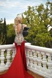 Schöne sexy Frau mit eleganter Frisur in Meerjungfraurot dres Stockfotografie