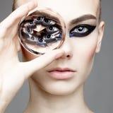 Schöne sexy Frau mit großem Diamanten lizenzfreies stockfoto